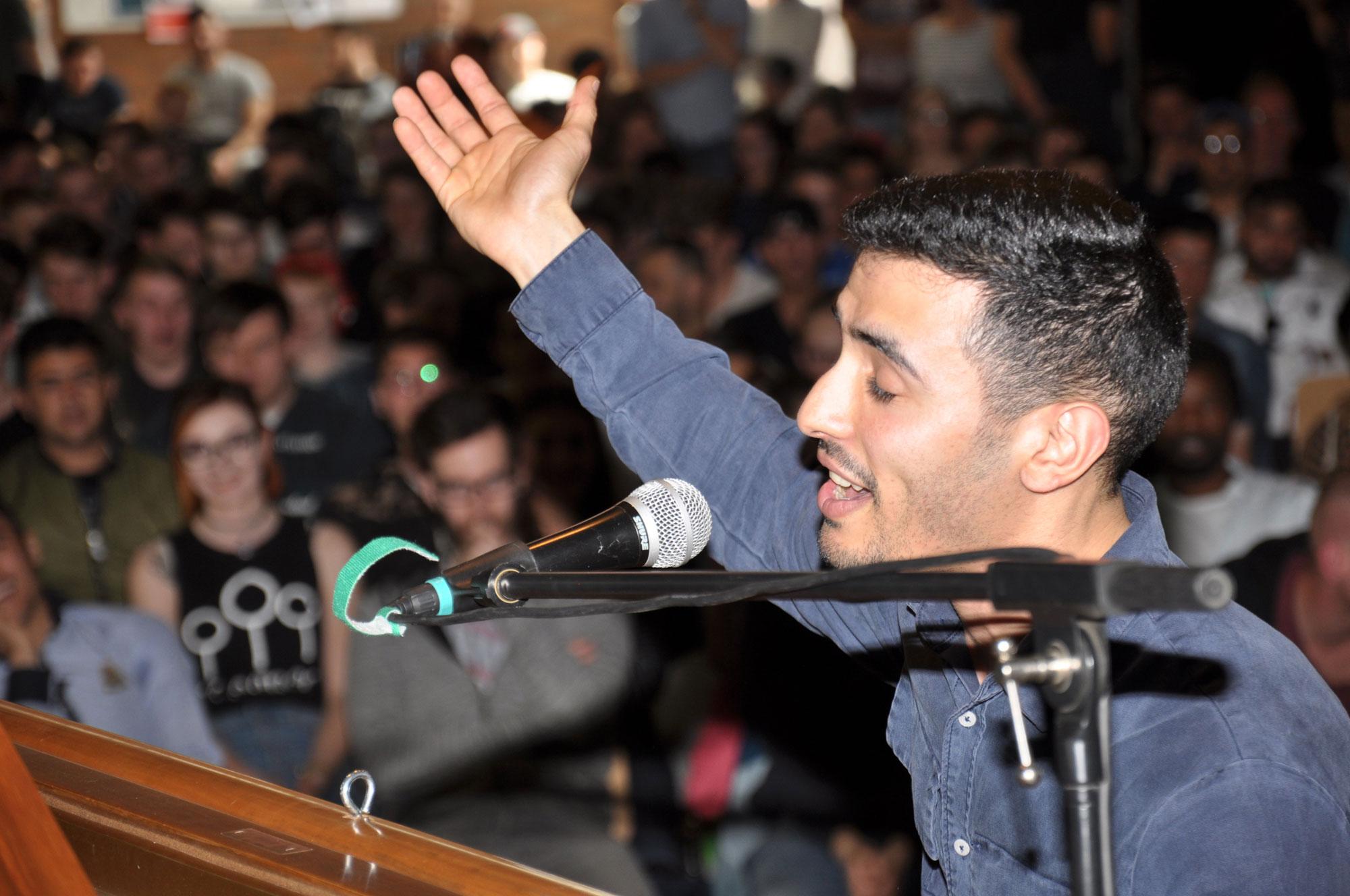 Aeham Ahmad im Konzert am Flügel in der Axel-Bruns-Schule; Foto: Lutz Meine, 2018